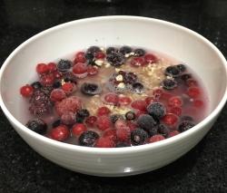 Buzymum - Mixed berry porridge before microwaving