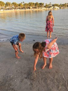 Buzymum - The kids looking for hermit crabs in Alcudia