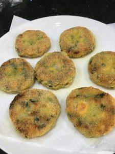 Buzymum - Cooked salmon fishcakes, draining