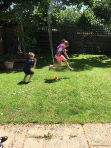 Buzymum - Sprinkler fun in the garden