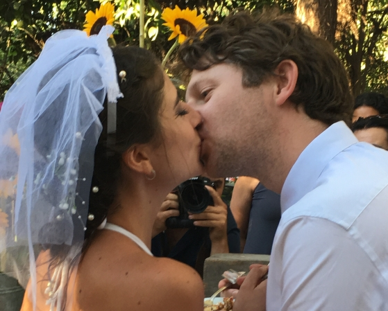 Buzymum - Kissing after cutting the cake!